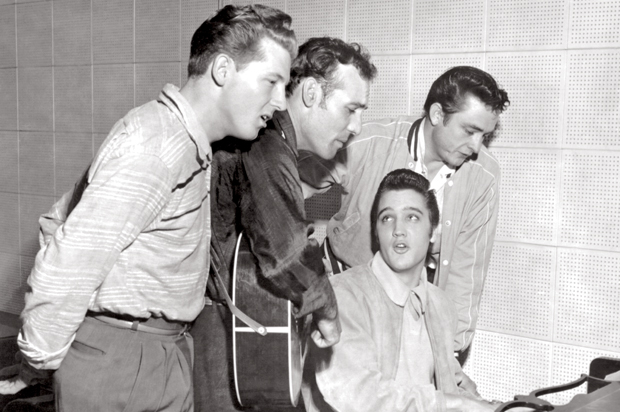 The Kings of Rock 'n' Roll haben richtig Spaß (v.l.n.r.): Jerry Lee Lewis, Carl Perkins, Elvis (am Klavier) und Johnny Cash am 4. Dezember 1956 im Sun Studio in Memphis