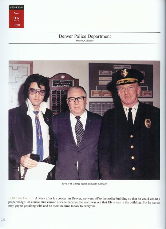 Elvis-mit-Denver-police-officers-25-Nov-1970