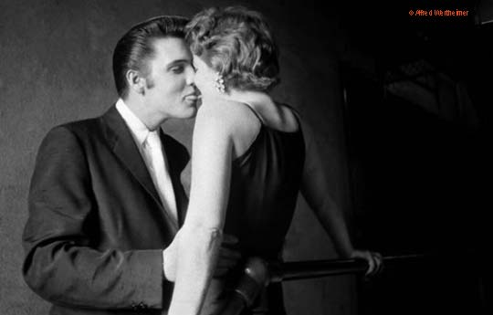 "The Kiss: Elvis mit ""Groupie"" Barbara Gray hinter der Bühne im Mosque Theater, Richmond/Virginia, Juni 1956"