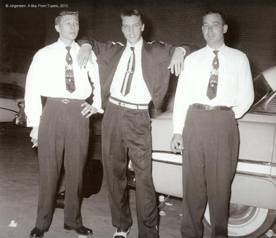 Elvis Presley mit Scotty Moore (links) und Bill Black (rechts) im Sommer 1954 in Memphis